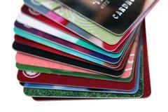 Selektiv fokus, bunt av kreditkorten och debiteringkort på vit bakgrund Begrepp för finansiell bakgrund isolerat royaltyfri foto