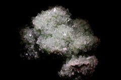 Selektiv fokus för Closeup av mineraliska former för skarp naturlig kristallsten mot svart bakgrund royaltyfri fotografi