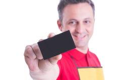 Selektiv fokus på besökkort i person som ägnar sig åt handelhand arkivfoto