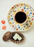 Selektiv fokus på det keramiska tefatet och koppen kaffe Royaltyfri Fotografi
