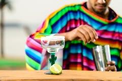 Selektiv fokus på exponeringsglas med ny limefruktlemonad på en stångräkning royaltyfria bilder