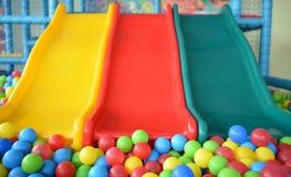 Selektiv fokus på färgrika bollar i pöl på barnplaygren arkivbilder