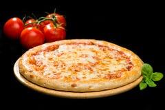 Selektiv fokus på klassisk italiensk pizza för ny ost på trä royaltyfri bild