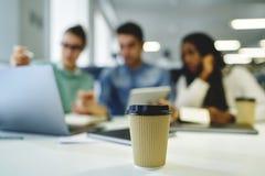 Selektiv fokus på pappers- anseende för kaffekopp royaltyfri bild