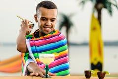 Selektiv fokus på stiligt och att le mexicanskt bartenderanseende arkivfoton