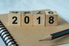 Selektiv fokus på träkubkvarteret med numret 2018 på brunt n Royaltyfri Bild