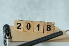Selektiv fokus på träkubkvarteret med numret 2018 på brunt n Royaltyfri Foto