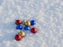 selektiv snow för julgarneringfokus Arkivbilder