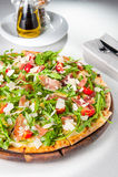 Selektiver Fokus Abschluss herauf köstliche Pizza mit hamon und Kirschtomatenscheiben, parmezan Käse und Arugula auf dem hölzerne Lizenzfreies Stockbild