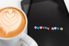 Selektiver Fokus auf Buchstabewürfelblöcken mit Kaffeezeitkonzepten Heißer Kaffee schaumig mit Blattkunst stockfotos