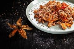 Selektiver Fokus auf chinesischem Reis mit Huhn Asiatisches Fastfood stockfoto