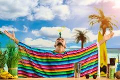 Selektiver Fokus auf dem hübschen mexikanischen Barmixer, der auf dem Ba steht lizenzfreie stockbilder