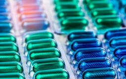 Selektiver Fokus auf den blauen und grünen weichen Gelkapselpillen in der Blisterpackung Naproxen-und Ibuprofen nichtsteroidale A Lizenzfreies Stockbild