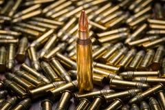 Selektiver Fokus auf einer einzelnen Kugel mit 223 Kalibern Stockbilder
