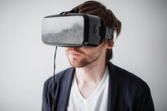 Selektiver Fokus auf Gesicht Lokalisierten tragende Gläser der virtuellen Realität des gutaussehenden Mannes einen grauen Hinterg Lizenzfreie Stockfotos