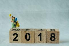 selektiver Fokus auf Holzklotz 2018 mit Miniaturzahl mothe Lizenzfreie Stockbilder