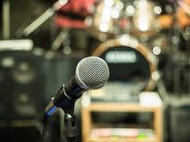 Selektiver Fokus auf Mikrofon mit undeutlichem Musikstudiohintergrund Stockfotos