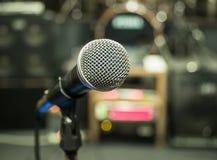 Selektiver Fokus auf Mikrofon mit undeutlichem Musikstudiohintergrund Lizenzfreies Stockbild