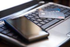 Selektiver Fokus auf Tastaturhandy und -Kreditkarten online Stockbild