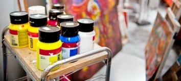 Selektiver Fokus der Acrylfarben auf dem Tisch Stockbilder
