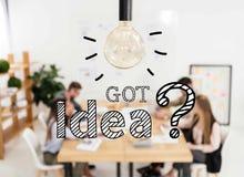 selektiver Fokus der Glühlampe und multikulturelle Gruppe Vertriebsleiter, die im Büro, Idee erhalten arbeiten lizenzfreie abbildung
