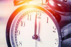 selektiver Fokus der Nahaufnahmeweinleseuhr an Zahl 12 O ` Uhr Stockbild