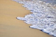 Selektiver Fokus des Abschlusses bewegt oben am Strand wellenartig Lizenzfreies Stockfoto
