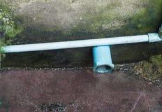 Selektiver Fokus des PVC-Wasserleitungsabwasserkanals im Abzugsgraben Stockfotos