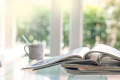 Selektiver Fokus des Stapelns des Zeitschriftenplatzes auf Tabelle in Lebenro lizenzfreie stockfotografie