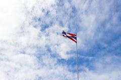 Selektiver Fokus des Wellenartig bewegens der thailändischen Flagge von Thailand Stockbild