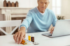 Selektiver Fokus einer Blisterpackung mit Pillen Stockbild