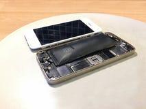 Selektiver Fokus innerhalb einer schädigenden defekten und aufgeblähten Handybatterie mit loser Anzeige dazu lizenzfreie stockbilder