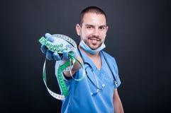 Selektiver Fokus von Doktor Pillen halten und Band messend Lizenzfreie Stockbilder