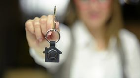 Selektiver Fokus von Geschäfts-Dame Holding New House Schlüssel und Lächeln Nahes hohes Porträt der Immobilienagentur stock video