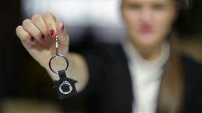 Selektiver Fokus von Geschäfts-Dame Holding New House Schlüssel und Lächeln Nahes hohes Porträt der Immobilienagentur stock video footage