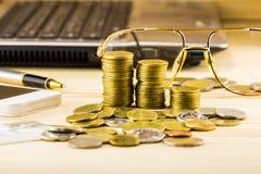 Selektiver Fokus von goldenen Münzen und der Zusatz des Geschäfts, wa Stockfotografie