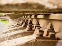 Selektivt fält av fokusen Detalj av rostiga skruvar och muttern på gammalt järnvägspår Arkivfoto