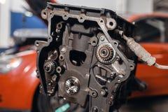 Selektivt fokusera Motorkvarter p? en reparationsst?llning med pistongen och f?rbindande St?ng av automatisk teknologi Suddig bil royaltyfri foto