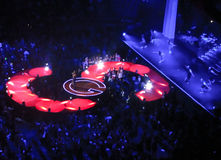 Selena, Tänzer und Menge bei Air Canada zentrieren Lizenzfreie Stockfotografie
