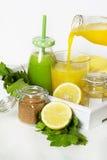 Selerowy sok i lemoniada w butelce na drewnianym tle Obrazy Stock
