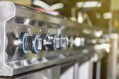 Seletor ascendente próximo do botão do fogão de gás do painel de controle para em fora ou a chama e a temperatura da queimadura d imagem de stock
