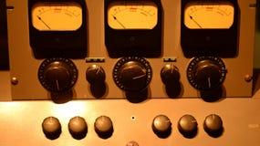 Seletores da música com eletrônica dos botões fotos de stock