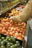 Selezionamento dei prodotti al supermercato Fotografia Stock Libera da Diritti