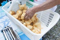 Selezionamento del fritto di gnocco Immagini Stock
