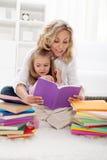 Selezionamento della storia per leggere con la mamma Fotografia Stock