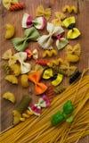 Selezione colorata a secco mista della pasta con basilico, alimento italiano immagini stock