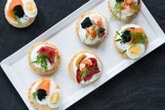 Selezione dei blinis del cocktail - alimento gastronomico del partito immagini stock libere da diritti