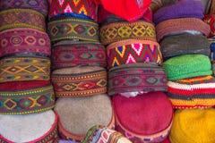 Selezione dei cappelli tradizionali da vendere, Manali, India del Nord Immagine Stock
