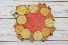 Selezione dei cracker sulle mattonelle rosse Fotografia Stock Libera da Diritti