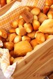 Selezione dei formaggi di Scamorza in scatola di legno Immagine Stock